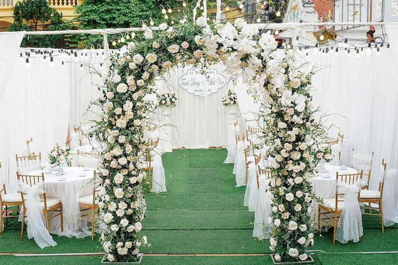 Tổ chức tiệc cưới lưu động với 5 phụ kiện trang trí cổng cưới phổ biến