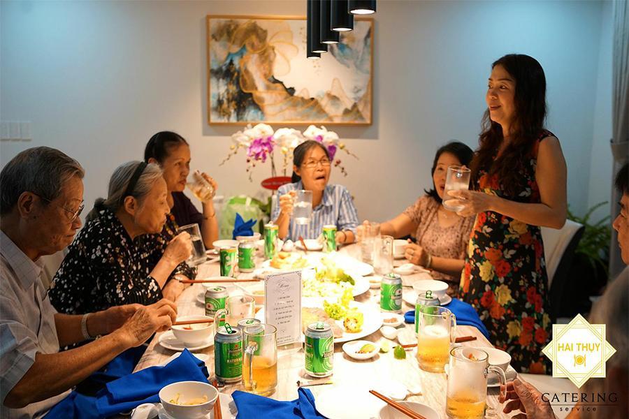 Đặt tiệc lưu động quận 7 – Bỏ túi kinh nghiệm khiến buổi tiệc tại nhà thêm hoàn hảo
